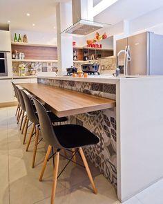 Ladrilho ➕ Cadeiras Charles Eames Eiffel, dois itens perfeitos para uma cozinha #ahlaemcasa #ladrilho #charleseames #cozinha #cozinhaamericana