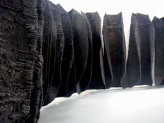 Magdalena Abakanowicz Black Environment-felted and woven Land Art, Abstract Sculpture, Sculpture Art, Textiles, Magdalena Abakanowicz, Lampe Art Deco, Textile Fiber Art, Weaving Art, Art Moderne