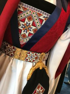 Fana bunad Folk Costume, Costumes, Hardanger Embroidery, Floral Tie, Norway, Scandinavian, Belts, Diy And Crafts, Textiles