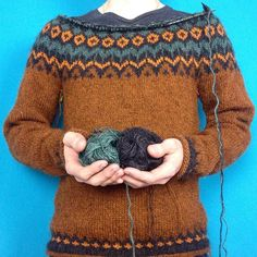 En Riddari växer sakta fram. #léttlopi #lettlopi #riddarisweater #riddari Fair Isle Knitting, Hand Knitting, Norwegian Knitting, Icelandic Sweaters, Fair Isle Pattern, Textiles, Knitting Projects, Knitting Patterns, Knit Crochet