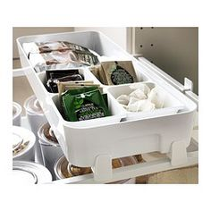 Den flexibla förvaringen gör det enkelt att se och nå dina matvaror och andra saker i den öppna lådan. Rundade hörn underlättar rengöringen.