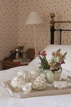 Breakfast in bed in the weekends with your sweety!  How romantic is that! .❤️Aline