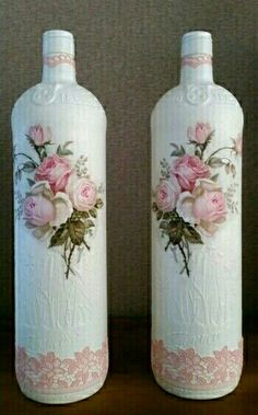 how to fabric decoupage wine bottle Wine Bottle Glasses, Wine Bottle Art, Painted Wine Bottles, Diy Bottle, Vintage Bottles, Wine Bottle Crafts, Bottles And Jars, Jar Crafts, Decorated Bottles