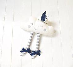 Este dulce dormir cloud es un adorable regalo para baby shower y también para la decoración de habitaciones infantiles o niños. La nube se hace de telas de algodón, tiene arcos lindos y warbonnet extraíble. Bien rellenas de fibra de poliéster hipoalergénica. Ojos y la boca son cuidadosamente