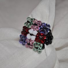 Anillo hecho a mano con cristales de Swarovski de diferentes colores. Disponible en cualquier color y talla. A petición del cliente. Es posible cualquier combinación.