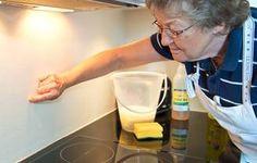 Lav denne blanding: 2 dl vand 2 dl husholdningseddike 1 dl opvaskemiddel uden farve og parfume. Sådan fjerner du stegefedt fra væggen: Smør blandingen på væggen med en gammel klud. Lad blandingen sidde i ca. en halv time. Skrub efter med en svamp, hvis fedtet sidder godt fast. Tør væggen af med en tør, blød klud.