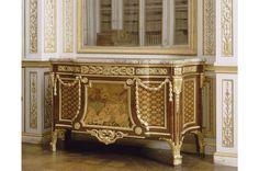 Commode à ressaut livrée le 12 octobre 1778 par Jean-Henri Riesener pour servir dans le cabinet de retraite de Louis XVI à Fontainebleau. Numéro d'inventaire 2958. Elle sera affectée en 1784 à la bibliothèque de Louis XVI au Château de Versailles. #VersaillesCollection