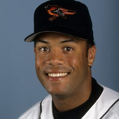 Roberto Alomar fue un jugador de béisbol y nacio en Puerto Rico. Jugó con el equipo San Diego Padres. Es un jugador muy bueno y ganó muchos premios.