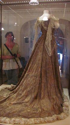 Worth paon robe de soie porté par Mary (Leiter) Curzon, Lady Curzon, vice-reine de l'Inde à Delhi Durbar (célébration du couronnement du roi Edward VII de-Bretagne) en 1903. La robe est recouvert de plumes de paon, ailes de coléoptères, et de l'or et perles d'argent et pèse plus de 10 klg.