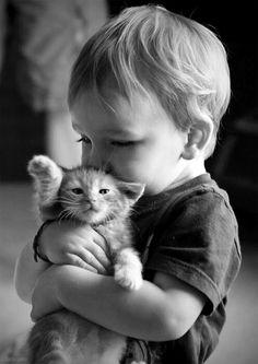Bébé et chaton...trop mignons !!