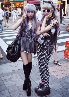 Top Gothic Fashion Tips To Keep You In Style. As trends change, and you age, be willing to alter your style so that you can always look your best. Consistently using good gothic fashion sense can help Pastel Goth Fashion, Kawaii Fashion, Dark Fashion, Lolita Fashion, Cute Fashion, Gothic Fashion, Asian Street Style, Tokyo Street Style, Japanese Street Fashion