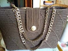 This Pin was discovered by Ein Crochet Cardigan Pattern, Crochet Tote, Crochet Handbags, Crochet Purses, Knit Crochet, Crochet World, Knitted Bags, Handmade Bags, Leather Fashion