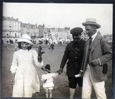 Grupa znajomych Stanisława W. Lilpopa na plaży w Les Sables d'Olonne, ok. 1909 r. fot. Stanisław Wilhelm Lilpop/Muzeum w Stawisku/FOTONOVA