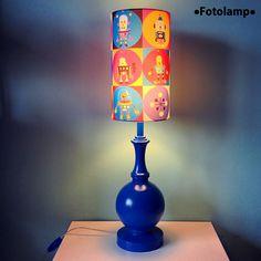"""Настольная лампа Fotolamp с рисунком """"роботы"""". Деревянная ножка высокая, абажур с фотопечатью. Высота абажура 30см, диаметр 17см."""