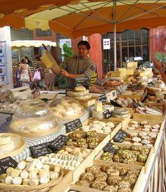 Fromager au marché de l'Isle sur la Sorgue - Provence France