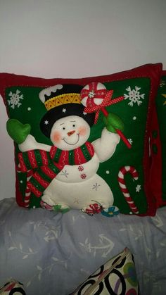 Nancy Esther Lazarte's media content and analytics Christmas Cushions, Christmas Pillow, Felt Christmas, Christmas Projects, Handmade Christmas, Christmas Ornaments, Greeting Card Holder, Snowman Quilt, Christmas Applique