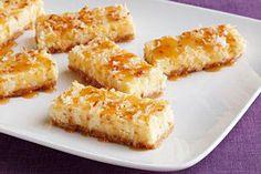 Carrés de gâteau au fromage à la noix de coco nappés de garniture au caramel