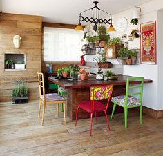 """A moradora Renata Leoni trocou uma casa de 400 m² por um apê de 169 m² e, acredite, adorou a mudança. Tudo graças à varanda gourmet, com horta e madeira de demolição, que dá a sensação de se estar numa casa rústica. """"Ficou até mais aconchegante"""", diz"""