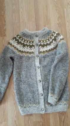 Afmæligenser her som kofte. Dresser Makeovers, Fair Isles, Poncho Sweater, Sweaters For Women, Stitch, Knitting, Create, Lady, Board