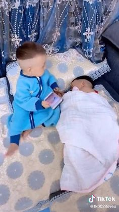 Cute Funny Baby Videos, Funny Baby Pictures, Crazy Funny Videos, Cute Funny Babies, Funny Videos For Kids, Cute Pictures, Cute Baby Twins, Cute Little Baby, Feel Good Videos