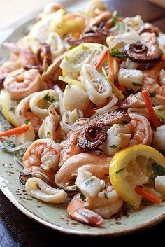 Праздничный салат из маринованных морепродуктов
