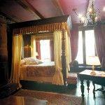 Profitez dès maintenant d'un lit à baldaquin d'acajou, de literie de coton égyptien, de foyers, d'une salle de bain privée et d'un coin salon.