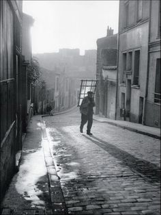 Paris : 1948 - Willy Ronis - vitrier, rue Laurence Savart à Ménilmontant - Paris