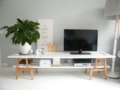 Ikea Hack. Van 2 Ikea bekväm krukjes en 2 voormalig kastdeuren, die ik hoogglans wit heb geschilderd, hebben we een tv meubel gemaakt. Staat ook in de #101woonideeën van december 2014