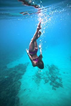 Dive deep Ao beber a Água do mar, rica em oligoelementos… Underwater Photos, Underwater World, Underwater Photography, Roxy, Outdoor Workouts, Adventure Is Out There, Snorkeling, Belle Photo, Under The Sea
