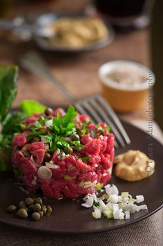 steak is meant to be eaten raw! Beef Tartare, Tartare Recipe, Beef Recipes, Cooking Recipes, Healthy Recipes, Pub Food, Think Food, International Recipes, Food Plating