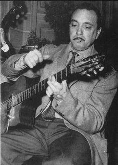 "Jean Baptiste ""Django"" Reinhardt (Liberchies, Bélgica, 23 de enero de 1910 - Fontainebleau, Francia, 16 de mayo de 1953) fue un guitarrista de jazz de origen gitano sinti.  Se trata del primer músico de jazz originario de Europa que ejerció una influencia similar a la de los grandes artistas estadounidenses.  http://en.wikipedia.org/wiki/Django_Reinhardt  http://es.wikipedia.org/wiki/Django_Reinhardt  http://www.apoloybaco.com/djangoreinhardtbiografia.htm  Imagen: http://www.lastfm.es"