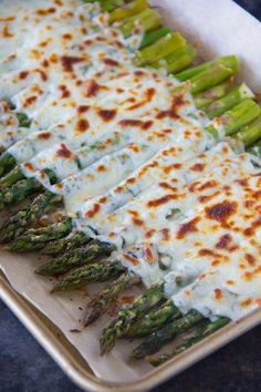 This Garlicky and Cheesy Asparagus recipe is made with just a few simple ingredients and makes a perfectly delicious side dish for any meal! Side Dish Recipes, Vegetable Recipes, Gourmet Recipes, Cooking Recipes, Healthy Recipes, Esparagus Recipes, Protein Recipes, Recipes Dinner, Cheesy Asparagus Recipe