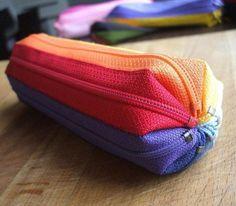 Partilhamos uma ideia super original e que fará um sucesso em qualquer escola: um estojo feito de fechos coloridos!         Vejam nas fotos...