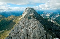 wooden-a-frame-hikers-rest-cabin-crowns-alpine-mountaintop-4-roof-elevation.jpg (818×543)