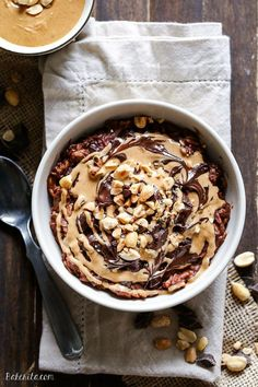 This Chocolate Peanut Butter Oatmeal tastes like a peanut butter cup, but it's sweetened with just a ripe banana! You'll love to wake up to this gluten-free, refined sugar-free + vegan breakfast. Vegan Desserts, Delicious Desserts, Vegan Recipes, Dessert Recipes, Yummy Food, Vegan Food, Peanut Butter Roll, Peanut Butter Oatmeal, Chocolate Peanut Butter