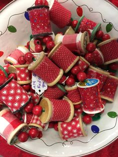 Spool garland by lana Shabby Chic Christmas, Handmade Christmas, Christmas Crafts, Christmas Decorations, Holiday Decorating, Christmas Ornaments, Christmas Trees, Quilting Room, Quilting Projects