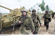 """Un Panzerjäger Tiger (P) """"Elefant"""" (Sd.Kfz. 184) (8,8cm) destruido durante la Operación Neptuno, Italia, Marzo de 1944. Soldados de la Fallschirm-Panzer-Division 1 'Hermann Göring'."""