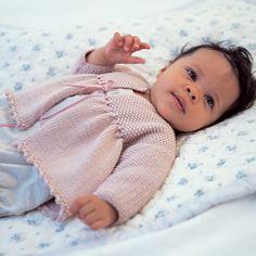 Bedårende liten jakke med knytebånd under bærestykke og vakker nederkant. Nivå: Middels. Garnkvalitet: Baby Cashmerino(55 % merinoull, 33 % mikrofiber, 12 % kashmir). Fasthet: 25 masker på pinne 3,25 = 10 cm.Jakken er fotografert sammen med Teddy med trøye.