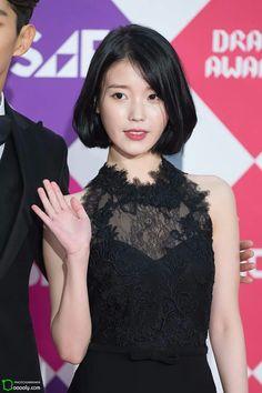 10 Times IU Shows Off Her Beautiful Shoulders! Korean Beauty, Asian Beauty, Iu Short Hair, Medium Hair Styles, Short Hair Styles, Iu Fashion, Girl Day, Kpop Girls, Most Beautiful Women