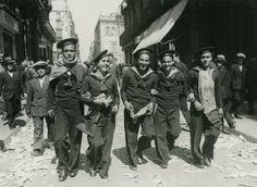 Mariners amb banderes republicanes pel carrer Ferran, 15 d'abril de 1931