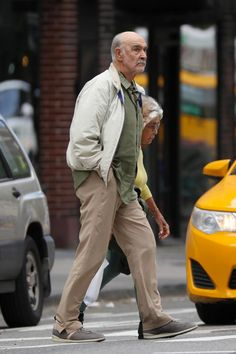 Sean Connery, spotted on rare occasion as he takes a stroll after leaving a barber shop in New York Sean Connery James Bond, Scottish Actors, Celebrities Then And Now, Chloe Bennet, Hollywood Men, Pierce Brosnan, Classic Movie Stars, Actors & Actresses, Take That