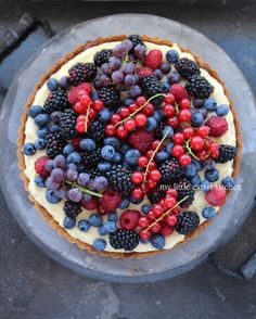 My Little Expat Kitchen: In Greece again and a fruit tart, Patriotic Dessert Recipes: Red White and Blue Berry Fruit Tart, Green. Köstliche Desserts, Holiday Desserts, Delicious Desserts, Dessert Recipes, Tart Recipes, Sweet Recipes, Easy Fruit Tart, Fruit Tarts, Kitchen In