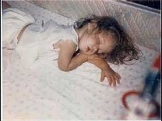 Tuckered out Sometimes this photo of Lisa asleep in her crib .will show up in photo shopped pic SUPPOSEDLY with Elvis in a big bed. I don't think it is Elvis anyway. Lisa Marie Presley, Elvis And Priscilla, Priscilla Presley, Elvis Presley Videos, Elvis Presley Family, Fake Images, Fake Pictures, Family Photo Album, Family Photos