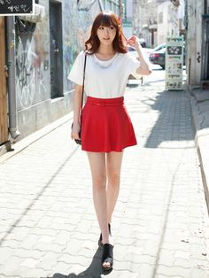 I would totally wear this! The skirt is a little short for my taste, but I'd make an exception for this outfit: simple but incredibly cute.