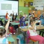 """Dzisiaj przeprowadziliśmy krótkie zajęcia dla uczniów klas pierwszych na temat segregacji odpadów. Przygotowaliśmy i przedstawiliśmy scenką pod hasłem ,,Mamy rady na odpady"""". Naszym młodszym kolegom i koleżankom wręczyliśmy przygotowane zakładki do książki."""