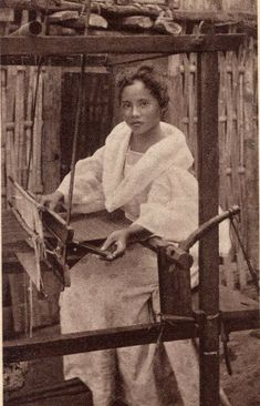 A Filipina weaver. Miss Philippines, Philippines Culture, Philippines Travel, Philippine Women, Philippine Art, Filipino Art, Filipino Culture, Filipina Beauty, Historical Pictures