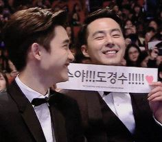 "Jo In Sung with a fansign for Kyungsoo!!! <3 <3 <3 It reads ""Kyungsooya!!! Do Kyungsoo!!!!!"""