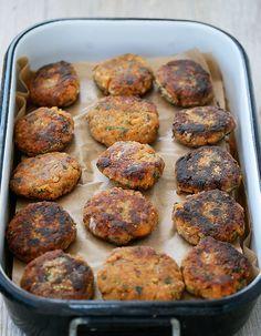 Croquettes de lentilles aux noisettes 120 g de lentilles cor ail 1 bouquet garni ( thym, laurier, sauge) 1 œuf 2 c. à soupe de Maïzena 40 g de parmesan râpé 1/2 c. à café de curry 1 échalote poivre du moulin 1/2 bouquet de persil plat 30 g de noisettes 2 c. à soupe d'huile de pépins de raisin