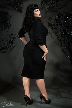 Vintage Goth Pinup Capsule Collection Lorelei Dress in Black - Plus Size Plus Size Goth, Plus Size Model, Plus Size Rockabilly, Rockabilly Baby, Plus Zise, Mode Plus, Outfit Essentials, Curvy Fashion, Plus Size Fashion