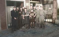 1944 - Centrum - inwoners en geallieerden poseren bij onbekend hotel of cafe (colorized)